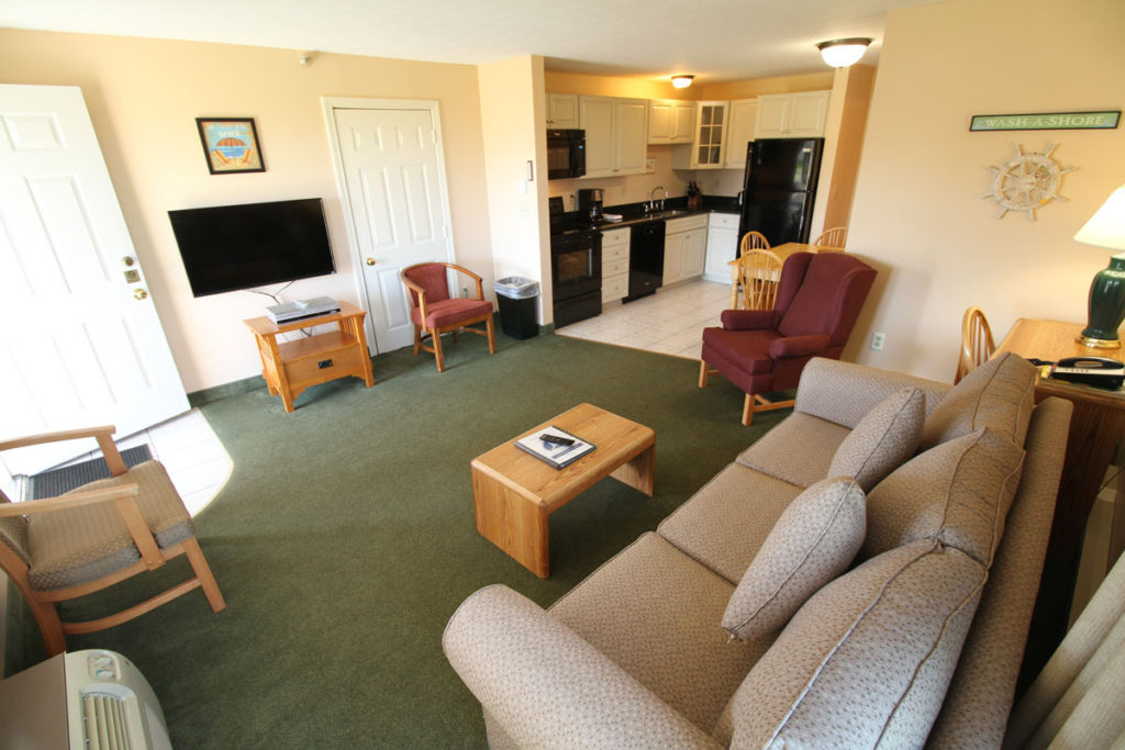 2executive-suite-one-bedroom-lr-area-misty-harbor3