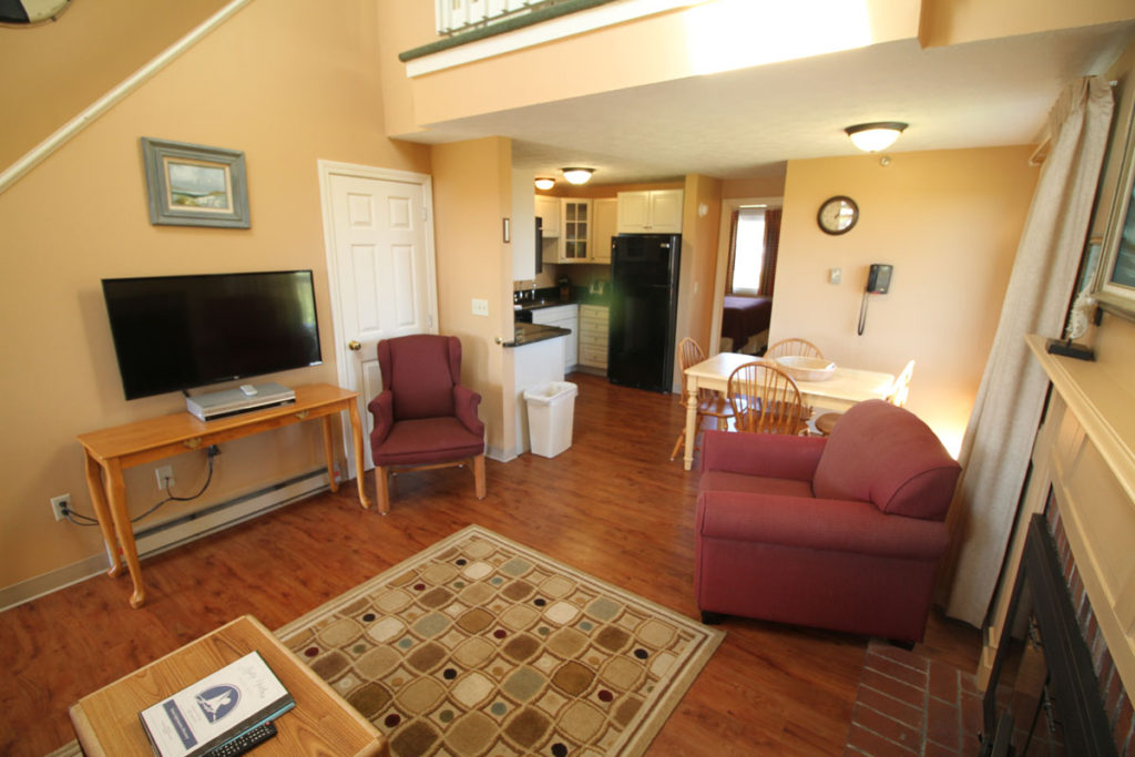 executive-suite-two-bedrm-living-area-misty-harbor3