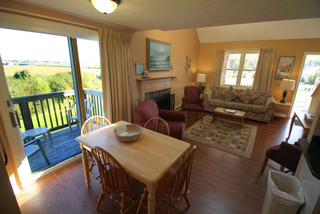 executive-suite-two-bedrm-living-area-misty-harbor5